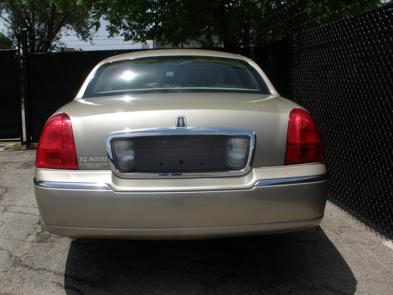 2006-Lincoln-Towncar-Rear